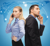 Homem e mulher com telefones celulares Imagens de Stock Royalty Free