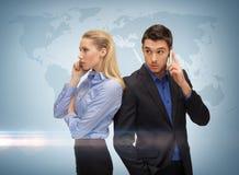Homem e mulher com telefones celulares Fotografia de Stock