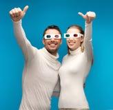 Homem e mulher com vidros 3d Fotografia de Stock Royalty Free