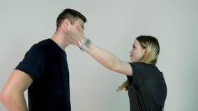 Homem e mulher de discussão Jovem mulher das dificuldades do relacionamento que tem um argumento com seu noivo, movimento lento vídeos de arquivo