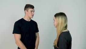 Homem e mulher de discussão Jovem mulher das dificuldades do relacionamento que tem um argumento com seu noivo, movimento lento video estoque