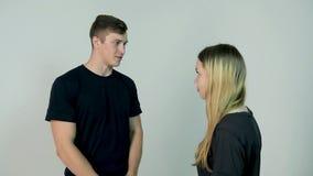 Homem e mulher de discussão Jovem mulher das dificuldades do relacionamento que tem um argumento com seu noivo, movimento lento filme