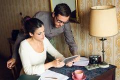 Homem e mulher de Hispter que trabalham em casa Imagem de Stock Royalty Free