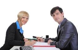 Homem e mulher de negócio ao assinar originais. Fotografia de Stock
