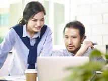 Homem e mulher de negócio asiático que trabalham junto no escritório Imagens de Stock Royalty Free