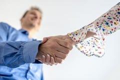 Homem e mulher de negócio que agitam as mãos Fotos de Stock Royalty Free