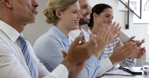 Homem e mulher de negócio que aplaudem em suas mãos video estoque