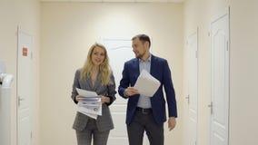 Homem e mulher de negócio que comemoram jogando papéis no ar vídeos de arquivo