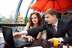 Homem e mulher de negócio que discutem no almoço Fotografia de Stock Royalty Free