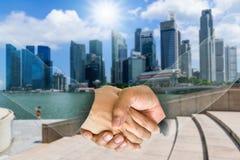 Homem e mulher de negócio que guardam as mãos Foto de Stock Royalty Free