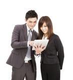 Homem e mulher de negócio que usa o PC da tabuleta foto de stock