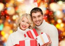 Homem e mulher de sorriso com presentes Fotos de Stock Royalty Free
