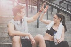 Homem e mulher deleitados no sportswear que faz o gesto fotografia de stock royalty free