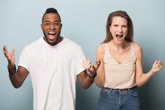 Homem e mulher diversos felizes para rir junto do gracejo fotos de stock royalty free