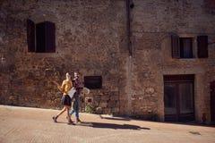 Homem e mulher do curso com o mapa na cidade fotografia de stock