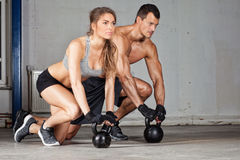 Homem e mulher do treinamento de Kettlebell Foto de Stock