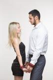 Homem e mulher elegantes nas algemas Pares no amor Fotos de Stock Royalty Free