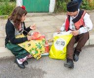 Homem e mulher em trajes nacionais em jogos de Nestinarski na vila dos búlgaros em Bulgária foto de stock