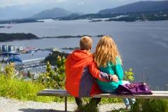 Homem e mulher em um banco foto de stock royalty free