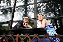 Homem e mulher em uma tabela no café Fotografia de Stock Royalty Free