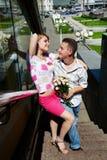 Homem e mulher felizes novos na caminhada romântica imagem de stock