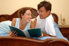 Homem e mulher lidos Imagens de Stock