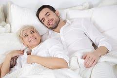 Homem e mulher na cama Imagem de Stock