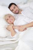 Homem e mulher na cama Fotos de Stock Royalty Free