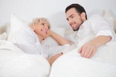 Homem e mulher na cama Fotos de Stock