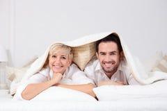 Homem e mulher na cama Foto de Stock Royalty Free