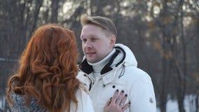 Homem e mulher na floresta do inverno filme