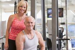 Homem e mulher na ginástica junto imagem de stock royalty free