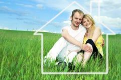 Homem e mulher no campo verde Foto de Stock