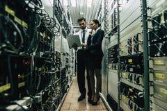 Homem e mulher no centro de dados imagem de stock