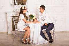 Homem e mulher no restaurante - mantendo as mãos unidas foto de stock royalty free