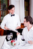 Homem e mulher no restaurante para o jantar Imagem de Stock
