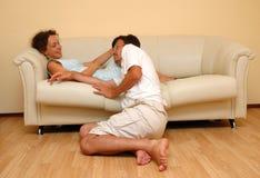 Homem e mulher no sofá Fotografia de Stock Royalty Free