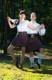 Homem e mulher no traje escocês Fotos de Stock