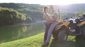 Homem e mulher perto da água no banco de rio. filme