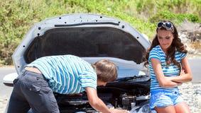 Homem e mulher perto de seu carro imagem de stock royalty free
