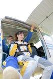 Homem e mulher poised para saltar dos aviões imagens de stock