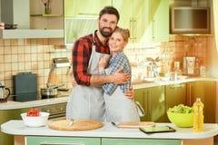 Homem e mulher que abraçam, cozinha imagens de stock