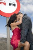 Homem e mulher que amam na estrada Fotografia de Stock