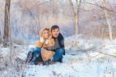 Homem e mulher que andam no parque fotografia de stock