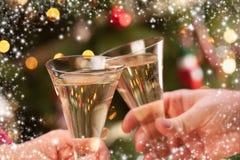 Homem e mulher que brindam Champagne na frente das luzes Fotos de Stock Royalty Free