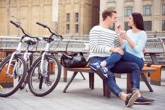 Homem e mulher que comem o gelado imagem de stock royalty free