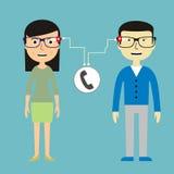 Homem e mulher que conversam através dos vidros espertos Fotos de Stock Royalty Free