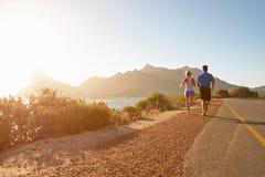 Homem e mulher que correm junto em uma estrada vazia foto de stock