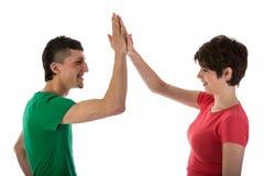 Homem e mulher que dão uns cinco altos Fotografia de Stock