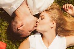 Homem e mulher que encontram-se na grama que tem a data Fotos de Stock